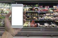 Smartphone εκμετάλλευσης χεριών με την άσπρη κενή οθόνη Στοκ Εικόνα