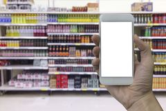Smartphone εκμετάλλευσης χεριών με την άσπρη κενή οθόνη Στοκ Φωτογραφίες