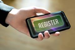 Smartphone εκμετάλλευσης χεριών με το πράσινο κουμπί καταλόγων στοκ εικόνες