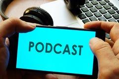 Smartphone εκμετάλλευσης χεριών με το podcast Στοκ εικόνες με δικαίωμα ελεύθερης χρήσης