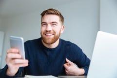 Smartphone εκμετάλλευσης ατόμων στο σπίτι Στοκ Φωτογραφίες