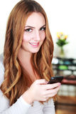 Smartphone εκμετάλλευσης γυναικών Στοκ φωτογραφία με δικαίωμα ελεύθερης χρήσης