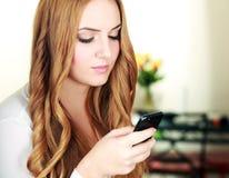 Smartphone εκμετάλλευσης γυναικών Στοκ εικόνα με δικαίωμα ελεύθερης χρήσης
