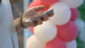Smartphone εκμετάλλευσης κοριτσιών στο υπόβαθρο των μπαλονιών απόθεμα βίντεο