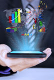 Smartphone εκμετάλλευσης χεριών με τα εικονίδια Στοκ Εικόνες