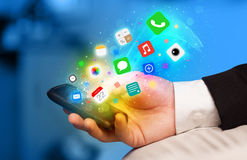 Smartphone εκμετάλλευσης χεριών με τα ζωηρόχρωμα app εικονίδια Στοκ εικόνα με δικαίωμα ελεύθερης χρήσης
