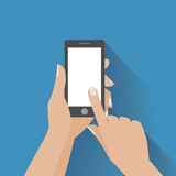 Smartphone εκμετάλλευσης χεριών με την κενή οθόνη Στοκ Εικόνα