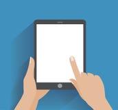 Smartphone εκμετάλλευσης χεριών με την κενή οθόνη Στοκ εικόνα με δικαίωμα ελεύθερης χρήσης