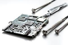 Smartphone επισκευής έννοιας - μέρη των ψηφιακών συσκευών με τα εργαλεία Στοκ Φωτογραφία
