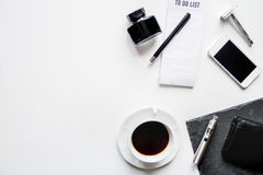 Smartphone, ηλεκτρονικό τσιγάρο και τοπ άποψη εξαρτημάτων ατόμων ` s Στοκ φωτογραφία με δικαίωμα ελεύθερης χρήσης