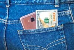 Smartphone και ευρο- τραπεζογραμμάτιο που κολλούν εντελώς ξαφνικά τα τζιν pock Στοκ εικόνες με δικαίωμα ελεύθερης χρήσης