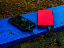 Smartphone και powerbank σε έναν πίνακα στοκ φωτογραφία