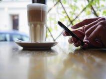 Smartphone καφέ Στοκ Φωτογραφία