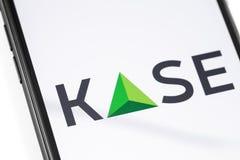 Smartphone κινηματογραφήσεων σε πρώτο πλάνο με το λογότυπο KASE στην οθόνη στοκ εικόνα