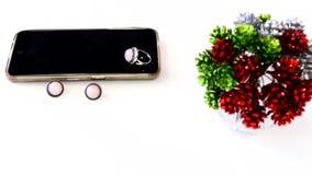 Smartphone, κόσμημα και βάζο στον άσπρο πίνακα φιλμ μικρού μήκους