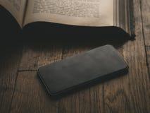 Smartphone Κλασικό μαύρο Smartphone Στοκ εικόνα με δικαίωμα ελεύθερης χρήσης
