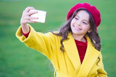 Smartphone λαβής μικρών κοριτσιών ή κινητό τηλέφωνο Σύγχρονη επικοινωνία παραγωγής Έννοια κινητής επικοινωνίας Παιδί στοκ φωτογραφία με δικαίωμα ελεύθερης χρήσης