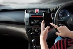 Smartphone λαβής χεριών στο αυτοκίνητο Στοκ Εικόνες