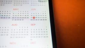 Smartphone με ένα ημερολόγιο κλείστε επάνω στοκ φωτογραφία με δικαίωμα ελεύθερης χρήσης