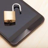 Smartphone με μια μικρή κλειδαριά σε το - κλείστε αυξημένος Κινητές τηλεφωνική ασφάλεια και έννοια προστασίας δεδομένων στοκ φωτογραφία