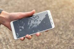 Smartphone με μια σπασμένη οθόνη σπασμένο τηλέφωνο στοκ εικόνες