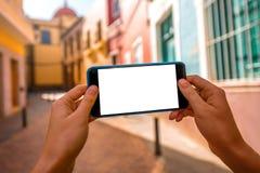 Smartphone με την άσπρη οθόνη στο παλαιό υπόβαθρο πόλης οδών Στοκ φωτογραφία με δικαίωμα ελεύθερης χρήσης