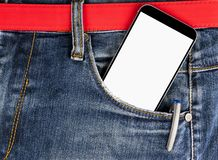 Smartphone με την απομονωμένη άσπρη οθόνη με το κενό διάστημα για το κείμενο σε μια τσέπη τζιν τζιν Στοκ φωτογραφία με δικαίωμα ελεύθερης χρήσης