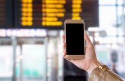Smartphone με την κενή οθόνη στο λεωφορείο, το τραίνο, το μετρό, τον υπόγειο ή τον υπόγειο σταθμό ή τον αερολιμένα Στοκ εικόνα με δικαίωμα ελεύθερης χρήσης