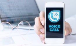 Smartphone με την κλήση Διαδικτύου Vocie Στοκ φωτογραφία με δικαίωμα ελεύθερης χρήσης
