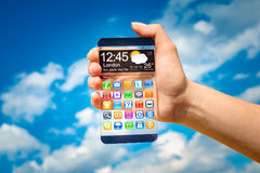 Smartphone με τη διαφανή οθόνη στα ανθρώπινα χέρια Στοκ φωτογραφία με δικαίωμα ελεύθερης χρήσης