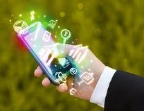 Smartphone με τη χρηματοδότηση και τα εικονίδια και τα σύμβολα αγοράς Στοκ φωτογραφία με δικαίωμα ελεύθερης χρήσης