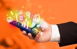 Smartphone με τη χρηματοδότηση και τα εικονίδια και τα σύμβολα αγοράς Στοκ εικόνες με δικαίωμα ελεύθερης χρήσης