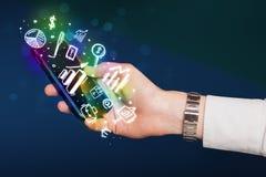 Smartphone με τη χρηματοδότηση και τα εικονίδια και τα σύμβολα αγοράς Στοκ Εικόνα