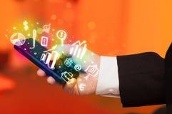 Smartphone με τη χρηματοδότηση και τα εικονίδια και τα σύμβολα αγοράς Στοκ Φωτογραφία