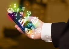 Smartphone με τη χρηματοδότηση και τα εικονίδια και τα σύμβολα αγοράς Στοκ Εικόνες