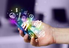 Smartphone με τη χρηματοδότηση και τα εικονίδια και τα σύμβολα αγοράς Στοκ εικόνα με δικαίωμα ελεύθερης χρήσης