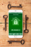 Smartphone με το έξυπνο σπίτι app στο ξύλινο γραφείο Στοκ φωτογραφία με δικαίωμα ελεύθερης χρήσης