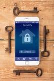 Smartphone με το έξυπνο σπίτι app στο ξύλινο γραφείο Στοκ Φωτογραφίες