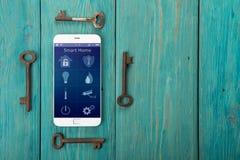 Smartphone με το έξυπνο σπίτι app στο ξύλινο γραφείο Στοκ φωτογραφίες με δικαίωμα ελεύθερης χρήσης