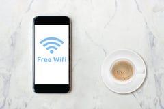Smartphone με το δίκτυο wifi στο φλυτζάνι οθόνης και καφέ Στοκ φωτογραφία με δικαίωμα ελεύθερης χρήσης