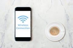Smartphone με το δίκτυο wifi στο φλυτζάνι οθόνης και καφέ Στοκ φωτογραφίες με δικαίωμα ελεύθερης χρήσης