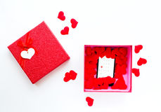 Smartphone με το ημερολόγιο στην ημερομηνία ημέρας βαλεντίνων ` s στο κιβώτιο δώρων Στοκ φωτογραφίες με δικαίωμα ελεύθερης χρήσης
