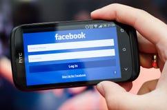 Smartphone με το κοινωνικό δίκτυο κινητό app Facebook Στοκ εικόνα με δικαίωμα ελεύθερης χρήσης
