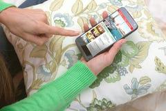 Smartphone οθονών επαφής με την τηλεοπτική ροή στοκ εικόνα με δικαίωμα ελεύθερης χρήσης