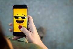 Smartphone περπατήματος γυναικών meme στοκ εικόνες