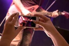 Smartphone που καταγράφει μια μουσική παράσταση στοκ φωτογραφίες με δικαίωμα ελεύθερης χρήσης