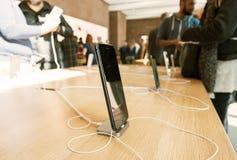 smartphone που κρατά το νέο iPhone 8 και το iPhone 8 συν στη Apple Store Στοκ Φωτογραφίες