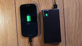 Smartphone στη φόρτιση της εξωτερικής μπαταρίας φιλμ μικρού μήκους