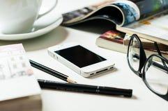 Smartphone στον πίνακα γραφείων Στοκ Φωτογραφία