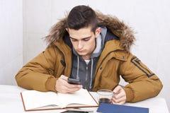 Smartphone στον πίνακα μελέτης Στοκ εικόνες με δικαίωμα ελεύθερης χρήσης